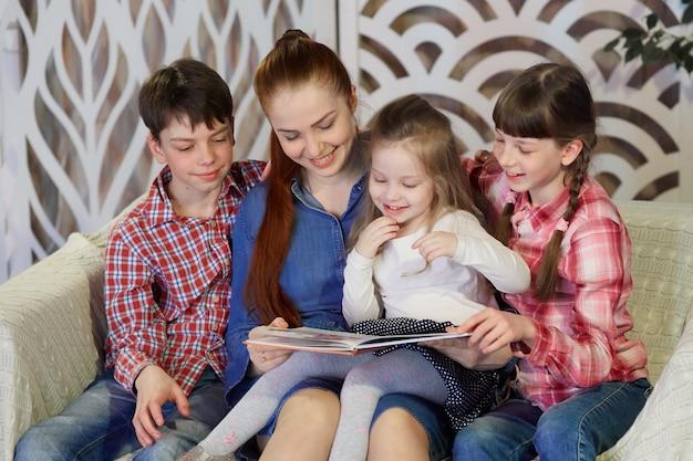 Família feliz lendo livros em casa