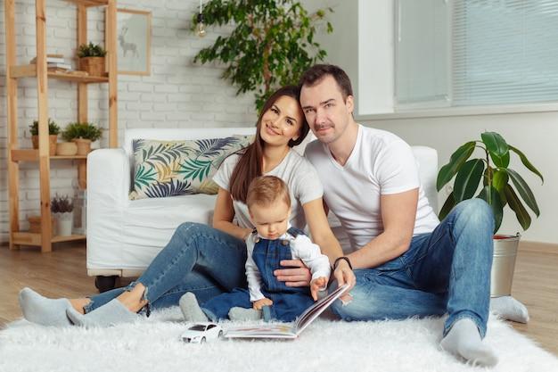 Família feliz lendo um livro juntos