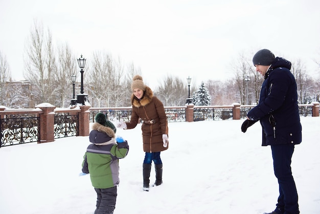 Família feliz, mãe e filha se divertindo, brincando na caminhada de inverno ao ar livre