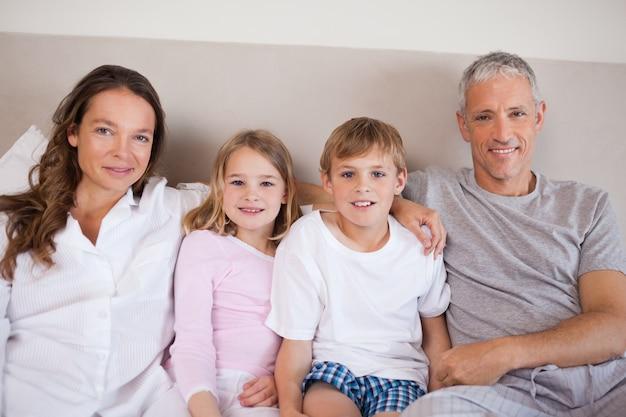 Família feliz, mentindo, ligado, um, cama