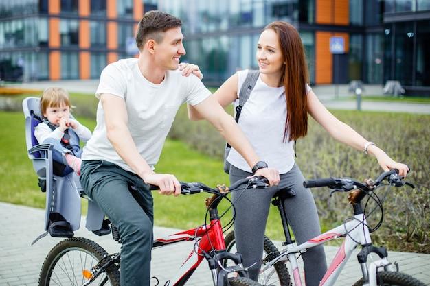 Família feliz, montando, bicycles