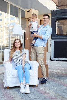 Família feliz, movendo-se para nova casa com menino