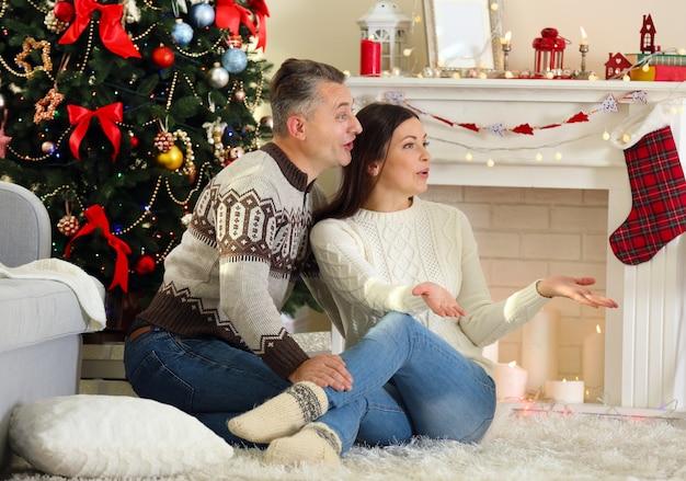 Família feliz na árvore de natal