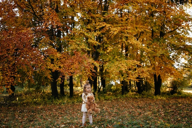 Família feliz na caminhada de outono