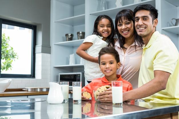 Família feliz na cozinha pronta para comer biscoitos
