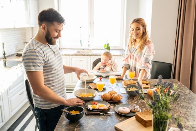 Família feliz na cozinha