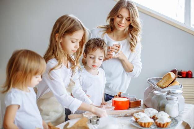 Família feliz na cozinha.