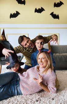 Família feliz na época do halloween