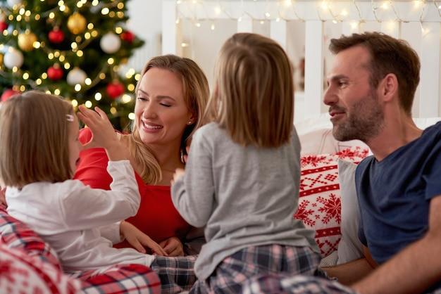 Família feliz na época do natal