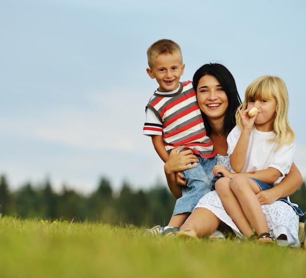Família feliz na natureza se divertindo