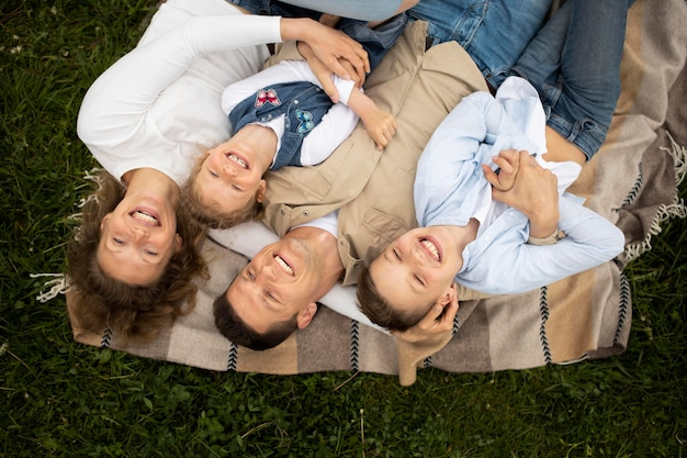 Família feliz na natureza, tiro médio