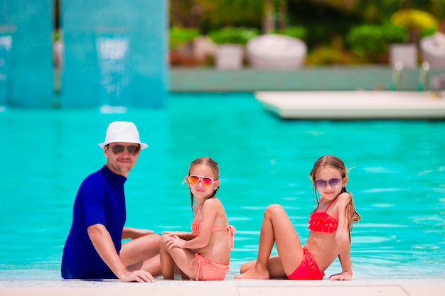 Família feliz na piscina