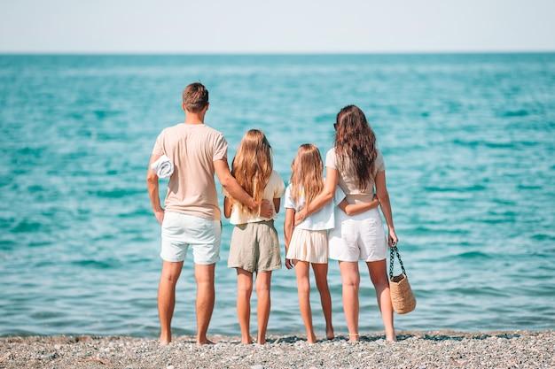 Família feliz na praia durante as férias de verão