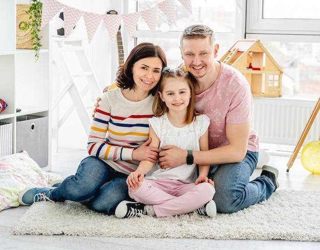 Família feliz na sala de luz