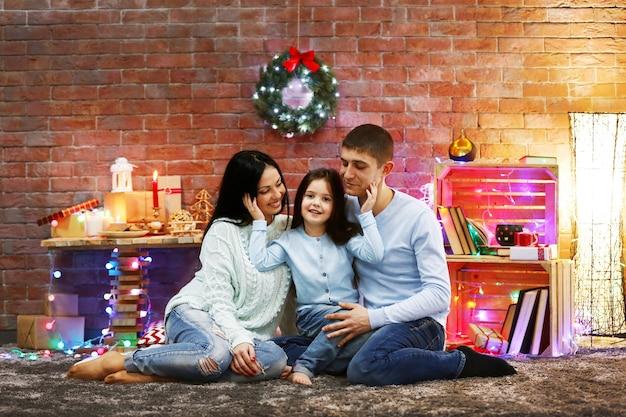 Família feliz na sala decorada de natal
