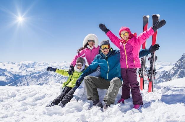 Família feliz nas férias de inverno