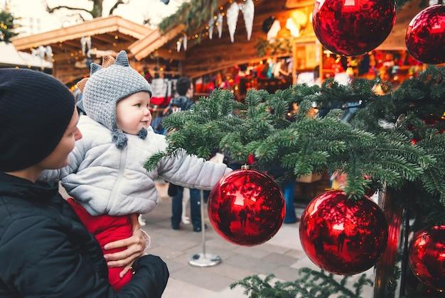 Família feliz nas férias de natal e ano novo na cidade velha de salzburgo, áustria