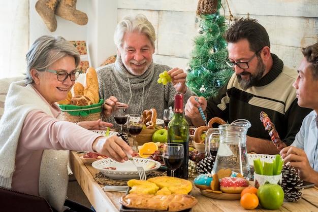 Família feliz nas férias de natal na mesa