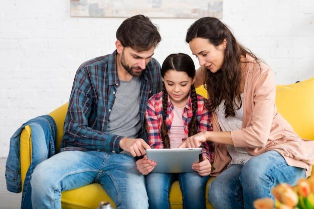 Família feliz navegando na internet