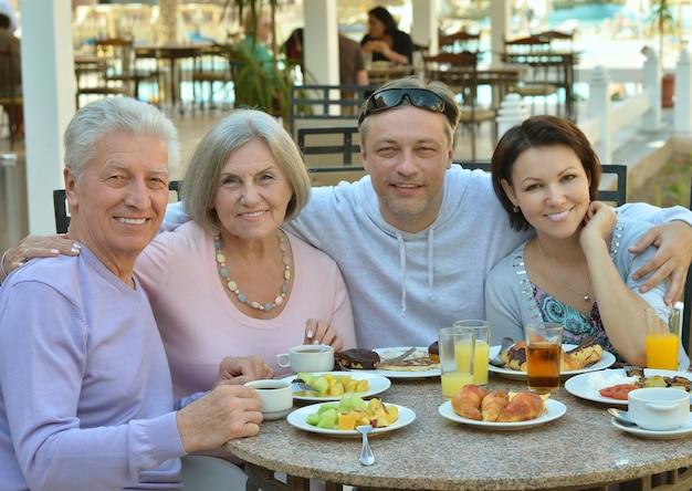 Família feliz no café da manhã em resort tropical