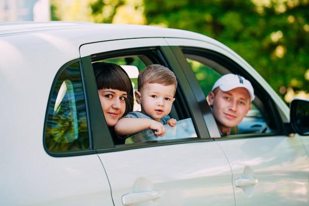 Família feliz no carro novo. automóvel.