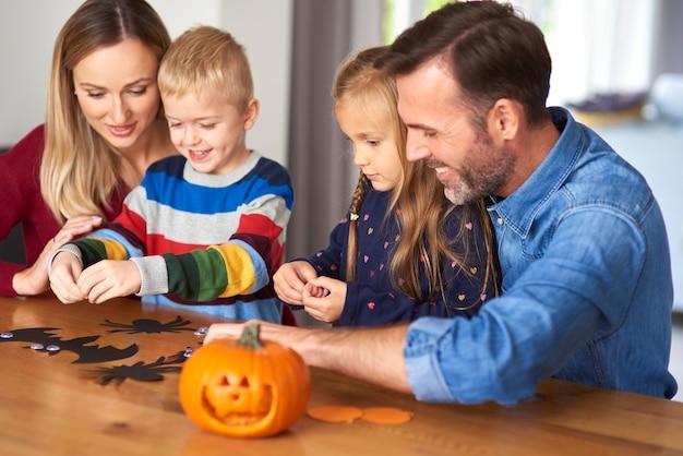 Família feliz no dia das bruxas