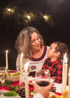 Família feliz no jantar de natal