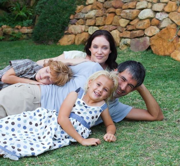 Família feliz no jardim