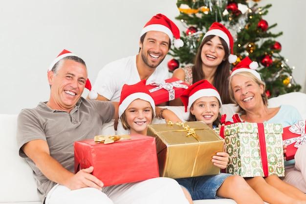 Família feliz no natal segurando presentes