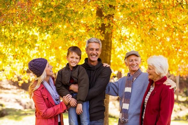 Família feliz no parque durante o outono
