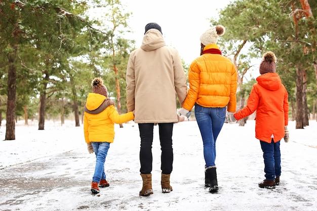 Família feliz no parque no dia de inverno