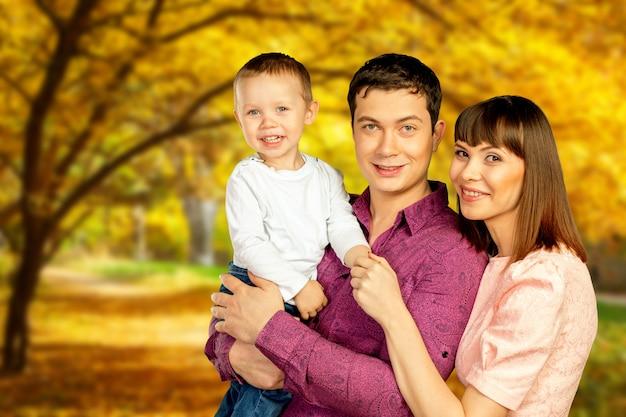 Família feliz no parque outono aproveitando seu tempo