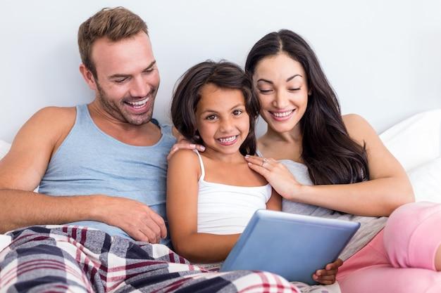 Família feliz no quarto deles