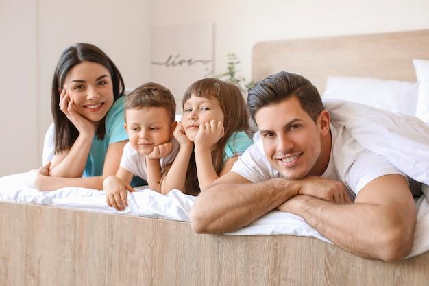 Família feliz no quarto em casa