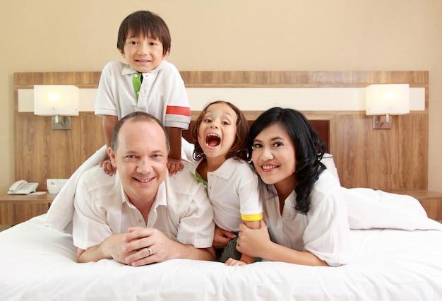Família feliz no quarto