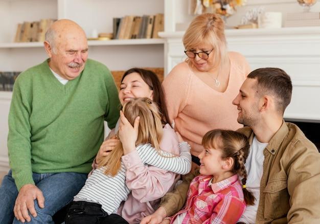 Família feliz no sofá com foto média
