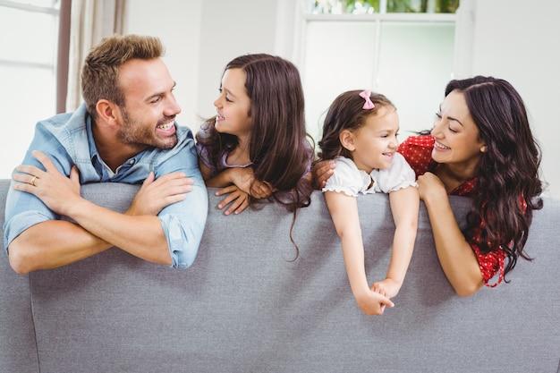 Família feliz no sofá em casa