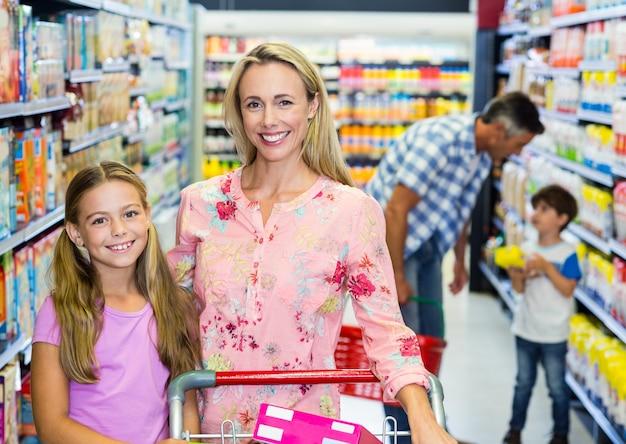 Família feliz no supermercado