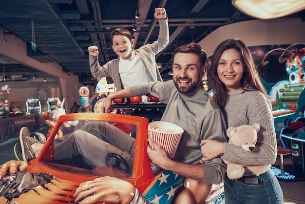 Família feliz no tempo engraçado do centro do divertimento.
