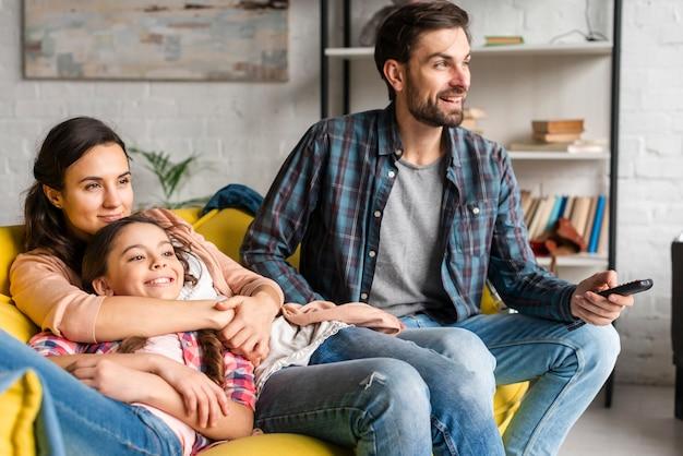 Família feliz, olhando para a televisão