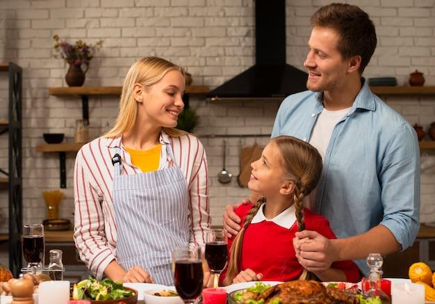 Família feliz olhando um ao outro na cozinha