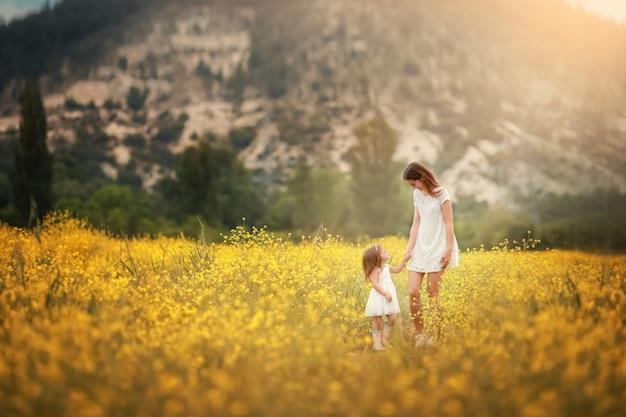 Família feliz: pai com filho e mãe ficar mão no han