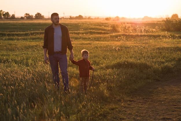Família feliz. pai e filho brincando e abraçando o ar livre. dia dos pais
