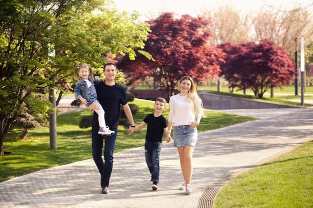 Família feliz para um passeio no parque da cidade