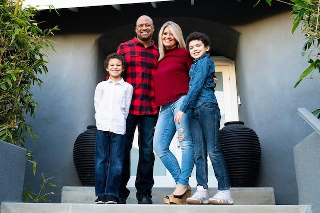 Família feliz passando as férias em casa