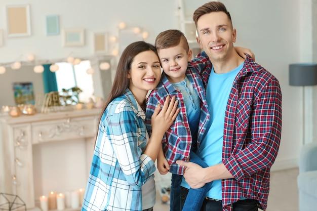 Família feliz passando um tempo juntos nas férias de inverno em casa