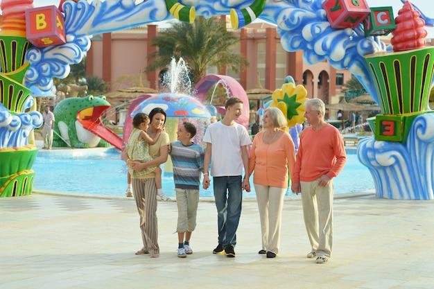 Família feliz passando um tempo juntos no parque aquático