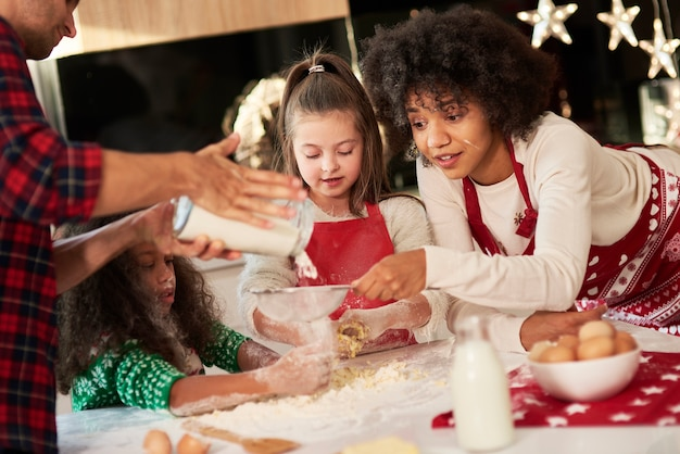 Família feliz por fazer biscoitos