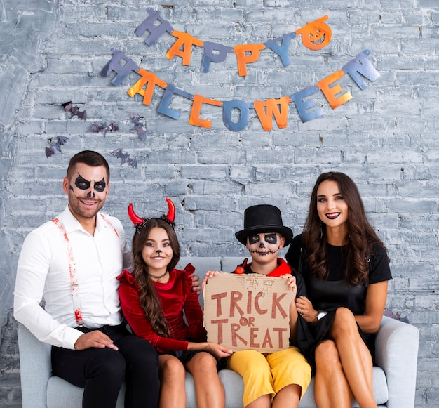 Família feliz posando juntos para o halloween
