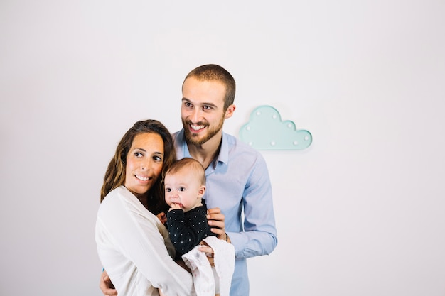 Família feliz posando para câmera